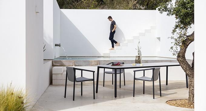 table de jardin bord de piscine